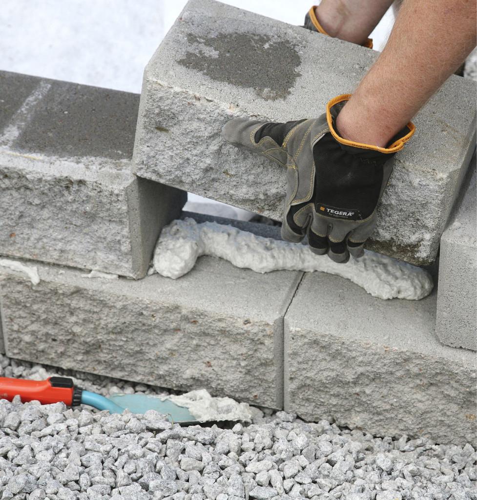 Kasvihuoneelle lisäkorkeutta antava sokkeli liimat- tiin vaahdolla Lakan kiven yli 20 kg kappaleelta pai- navista Citymuurikivistä. Huolellisen pohjatyön jäl- keen mittatarkat kivet oli helppo latoa päällekkäin.
