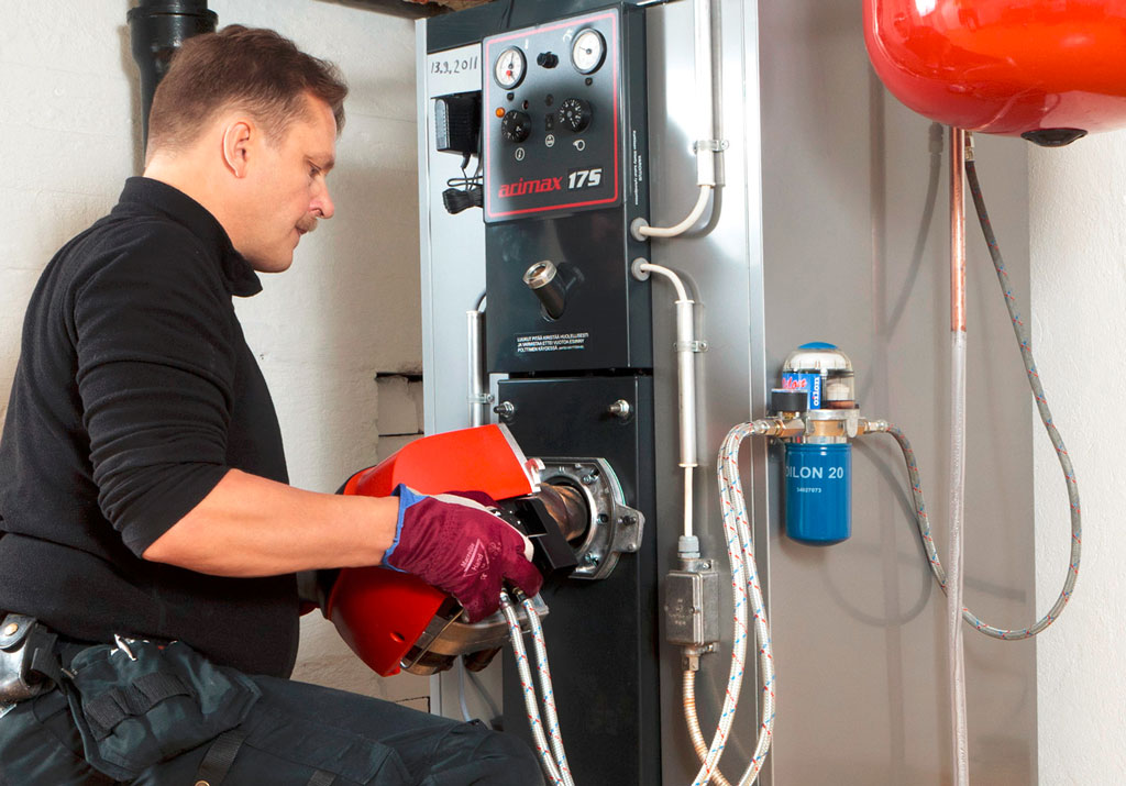 Öljylämmityslämmitysjärjestelmän huollot kannattaa antaa ammattilaisen tehtäväksi.
