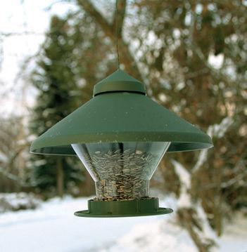 Hauskannäköinen tupa toimii kesällä linnunpönttönä ja talvella ruokintalautana, kun sisus on puhdistettu ja lentoaukko suljettu. Tilaa kahdelle litralle siemeniä.