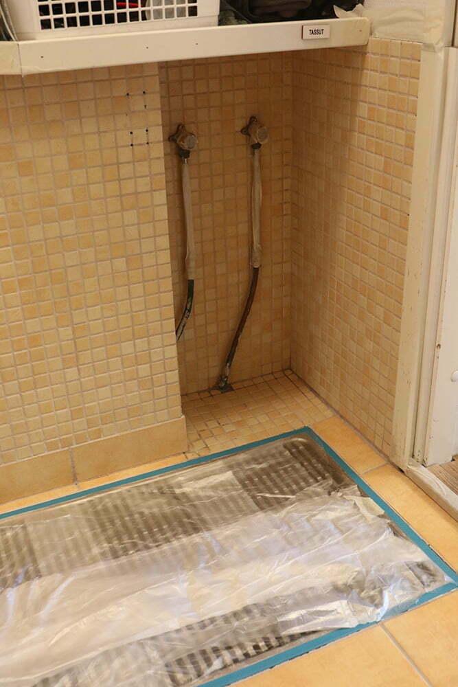 Ennen laattojen maalausta sekä seinä- että lattiakaakelit pestään huolellisesti kaakeleille tarkoitetulla pesuaineella