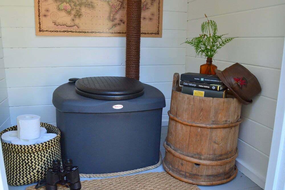 Tyhjennä kuivakäymälä ennen pakkasia - mökkihuussi talvikuntoon