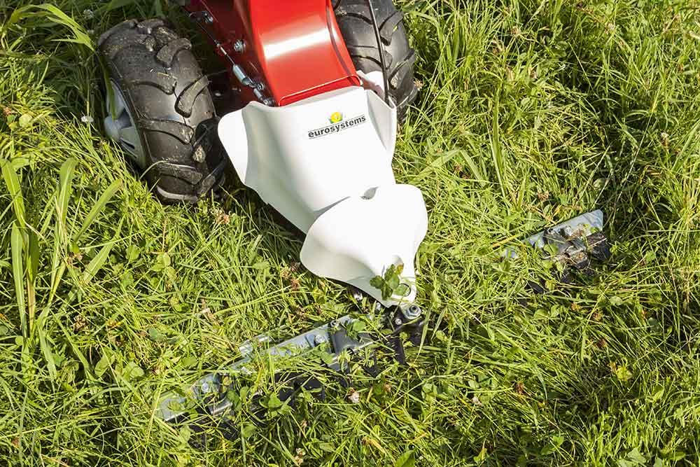 Kotipihan niittokone leikkaa pitkäksi kasvaneen heinän