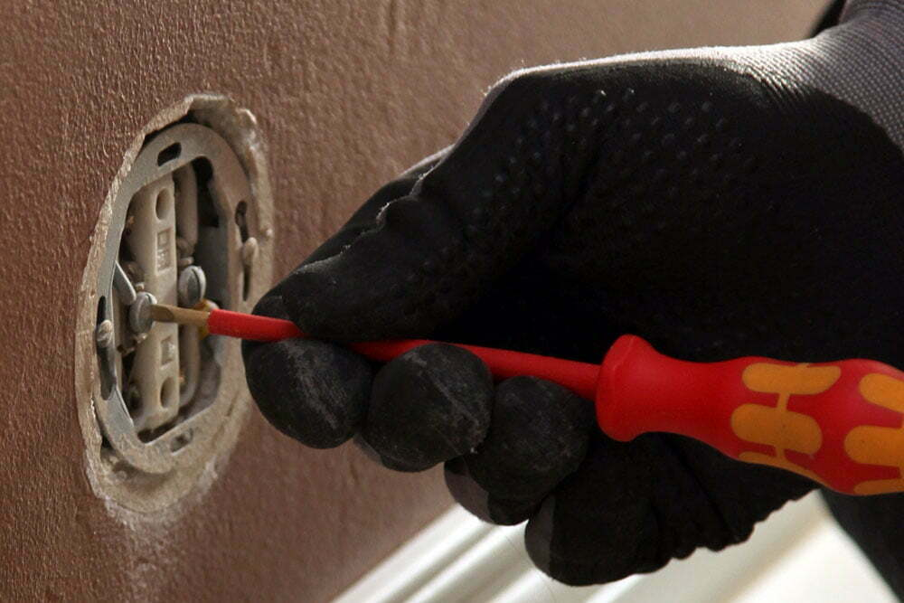 Sähköturvallisuuslaki määrittelee maallikolle sallitut sähkötyöt