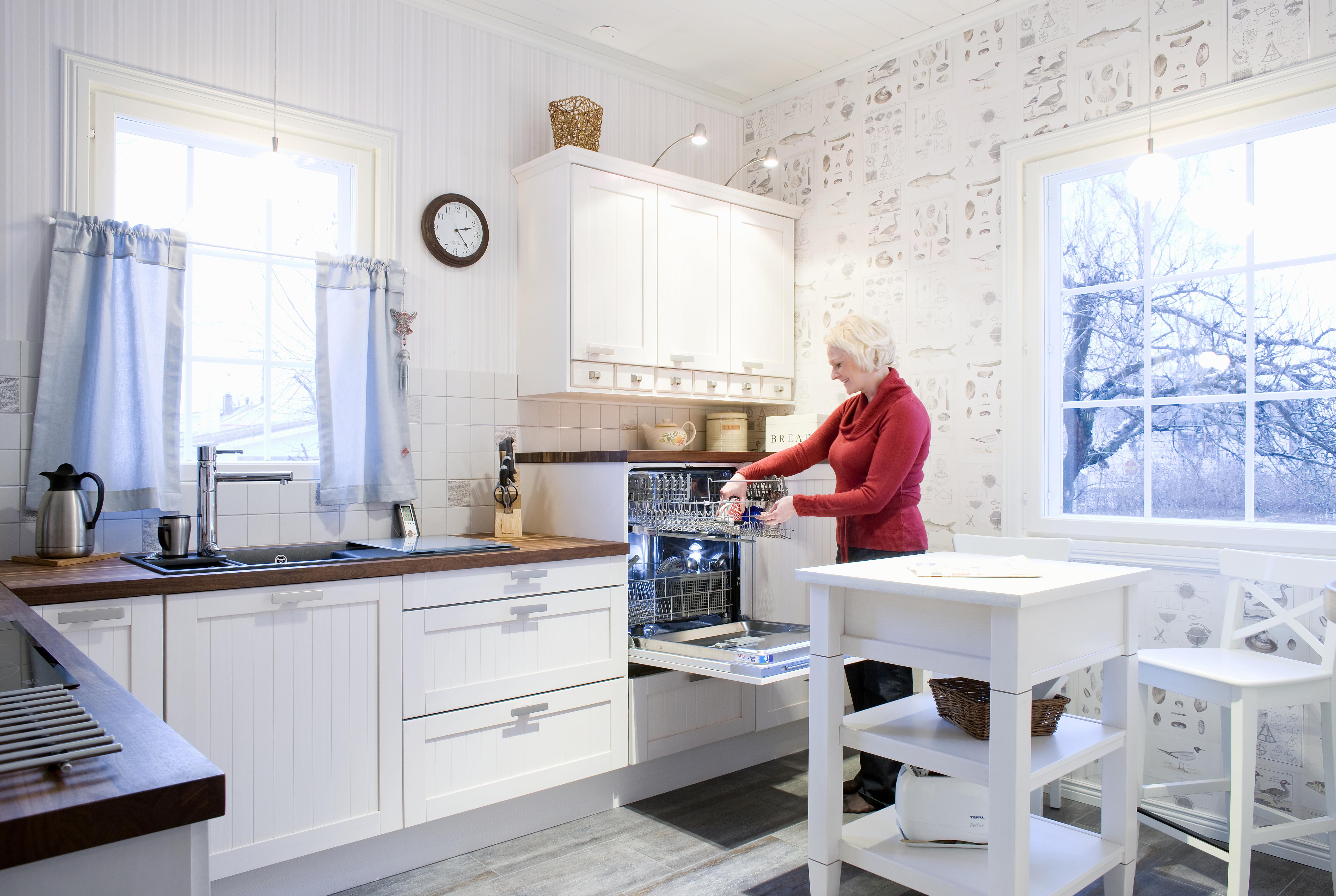Kaikki lähellä. Soili on keittiössään erityisen tyytyväinen Blancon kolhiintumattomaan Silgranit-altaaseen. Lasinen leikkuualusta on kätevä vetää altaan suojaksi. Kodinkoneet on integroitu Puustellin kalusteisiin.