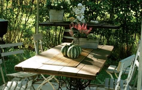 Haavasta tehty jämerä ladonovi on ollut äärimmäisen kestävä myös pöytänä.