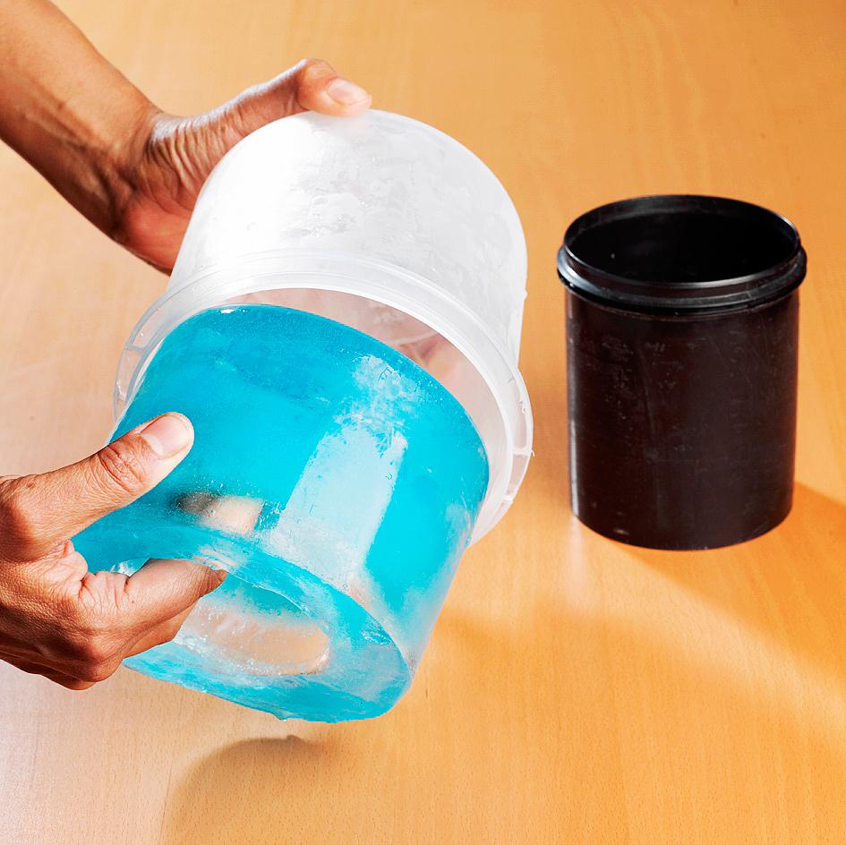 Lyhty on valmis oltuaan noin yön yli pakastimessa ja kovalla pakkasella ulkona. Poista kivet ja kaada vähän lämmintä vettä sisempään astiaan, jolloin se irtoaa jäästä. Valele myös suurempi astia lämpimällä vedellä, niin jäälyhty irtoaa.