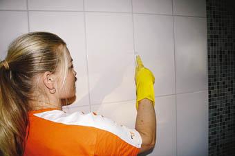Seinälaatoitus, Sumuta saippuavettä reilusti sauman päälle ja pyyhkäise sormella tasaiseksi.