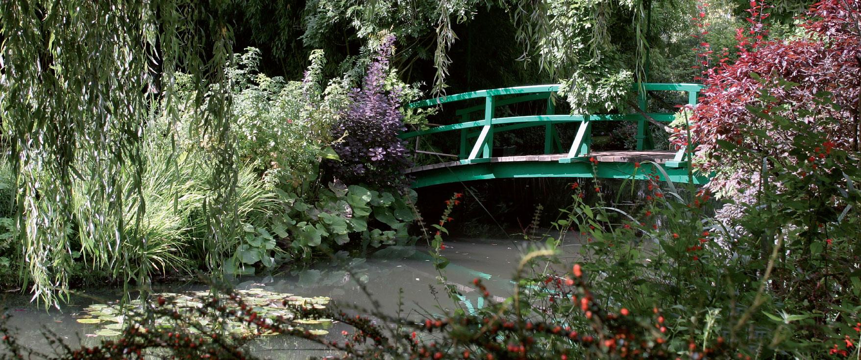 Monet'n aikana lammen rannat olivat paljaat, mutta nyt kasvit estävät kävijöitä tallaamasta penkereitä.