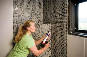 Seinälaatoitus, Pursota silikoni seinän pystynurkkiin, lattian ja seinän rajaan sekä läpivientien ympärille.