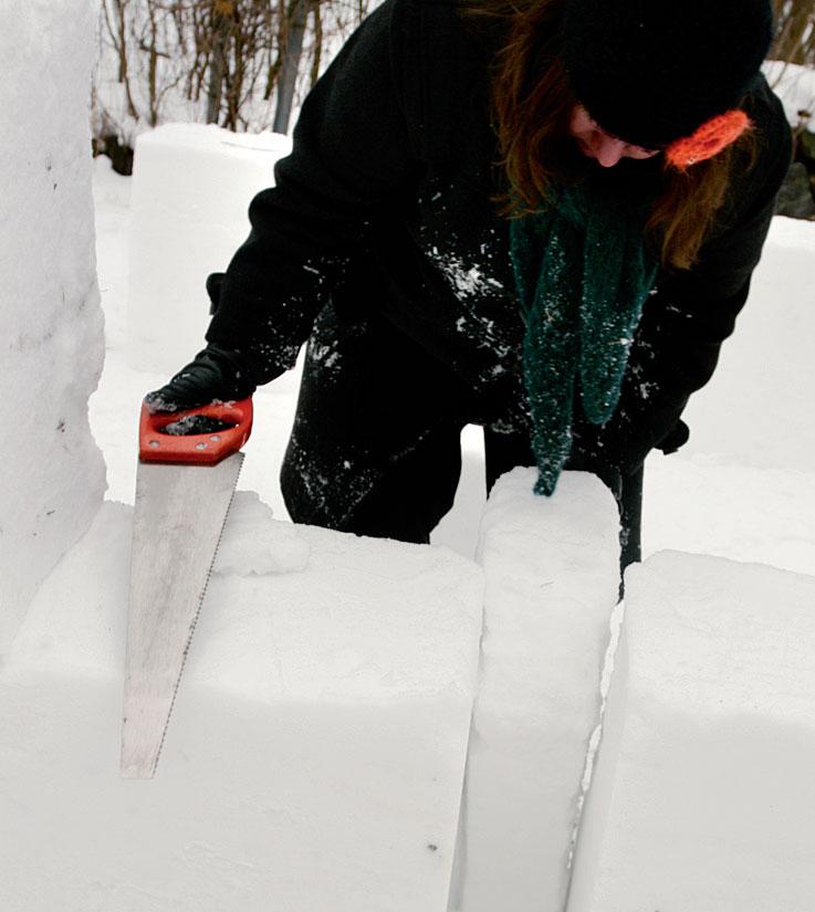 Peräkkäin aseteltujen lumilohkareiden väliin jäi kapea aukko. Paikkasimme sen kovettuneesta lumesta sahatulla sopivan kokoisella lumipalalla.