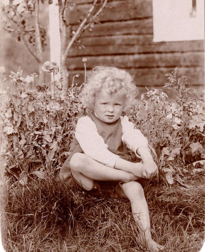 Jere Jäppisen pellavapäinen isoisä kuvattiin unikkojen keskellä viime vuosisadan alussa, kun perhe oli vasta hankkinut kesämökin Tuusulasta.