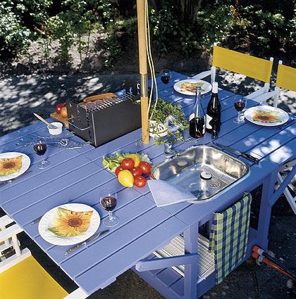 Kun sivuklahvit nostetaan ylös, pöydän ääreen mahtuu 4-6 ruokailijaa.