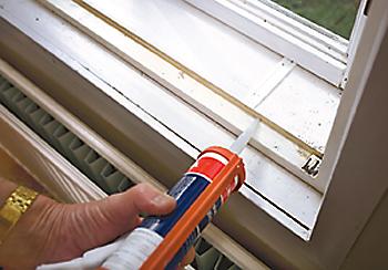 Keskimmäisen puitteen tiivistys sisintä ikkunaa vasten oli tehty hyväksytysti, joten se jäi melkein ennalleen - ylävaakaan leikattiin kaksi pientä tuuleentumisaukkoa eli kaksi vähemmän kuin ulkopuitteessa.