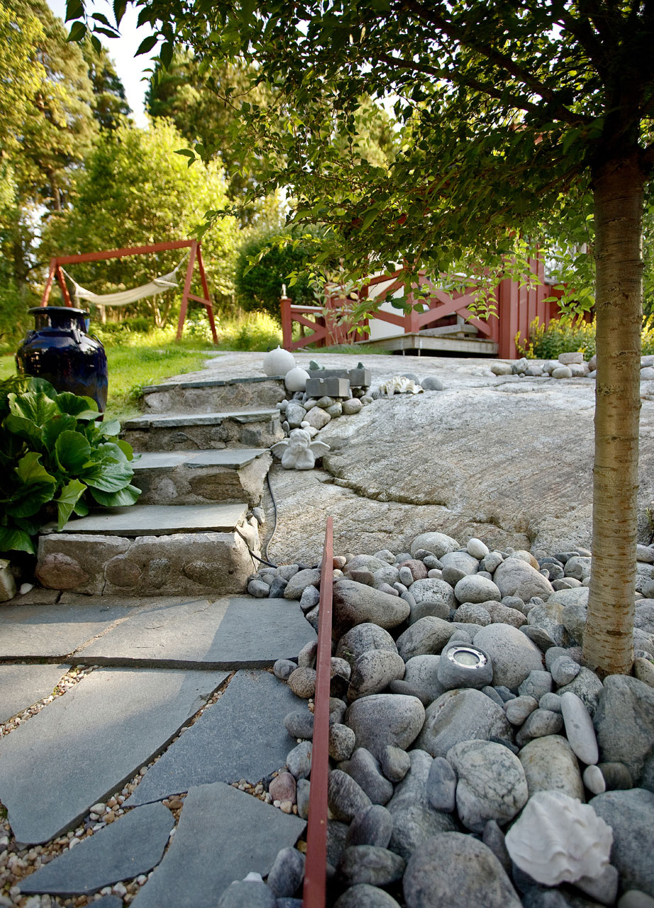Kivet ja kallio muodostavat yhdessä saaristolaismaiseman.