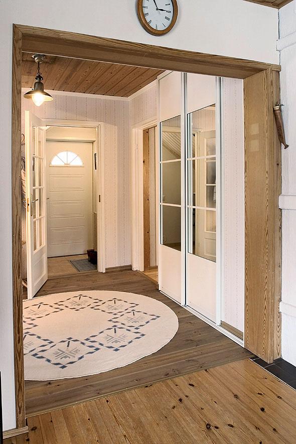 Uusi vaate- ja siivouskomero on Elfan. Se asettui huomaamattomasti keittiön ja olohuoneen seinien muodostamaan nurkkaan.