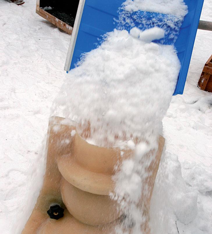 Lumiukkomuottia täytetään lumella