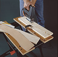 Kopioi piirroksen ruutukaaviosta yläosan otsalautojen A ääriviivat laudalle tai tee ensin pahvimalli.