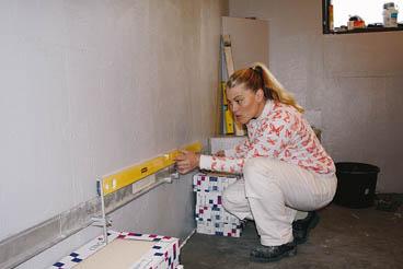 Seinälaatoitus, Tarkista seinien ja nurkkien suoruus vatupassin avulla.