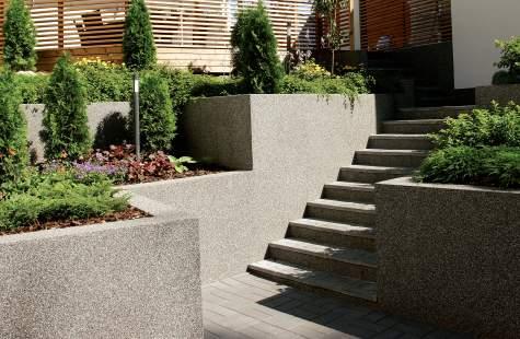 Modernin rakennuksen ainavihanta puutarha on perustettu särmikkäille terasseille.