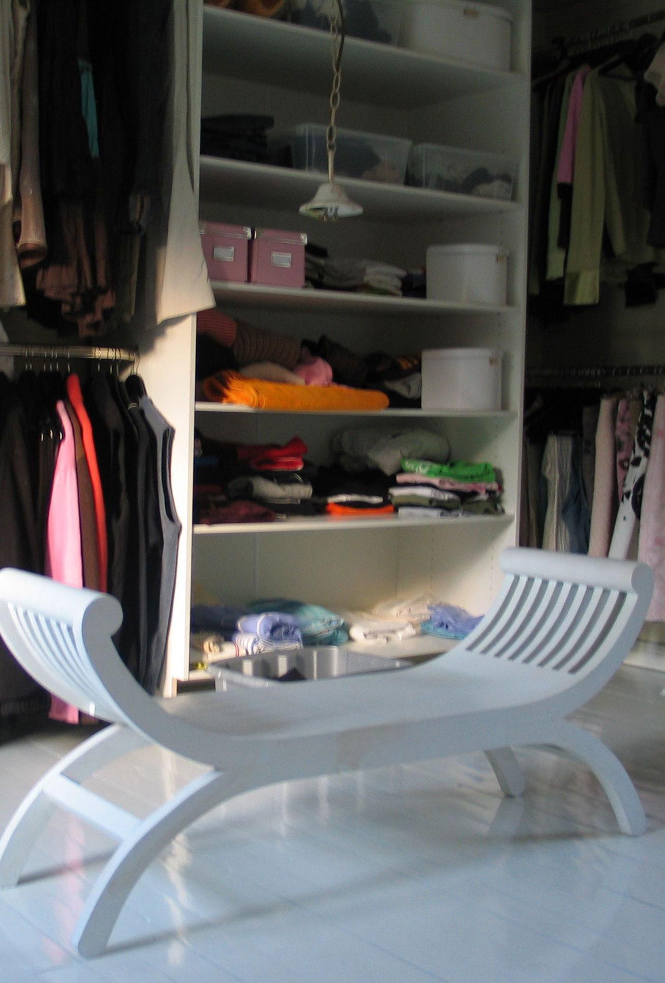 Makuuhuoneen perälle tuli hyllyjä ja vaatetankoja koko seinän leveydeltä, joka eristettiin verholla.
