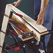 Tee neljä pystypuuta laudoista E ja F liimalla ja 35 millin uppokantanauloilla.