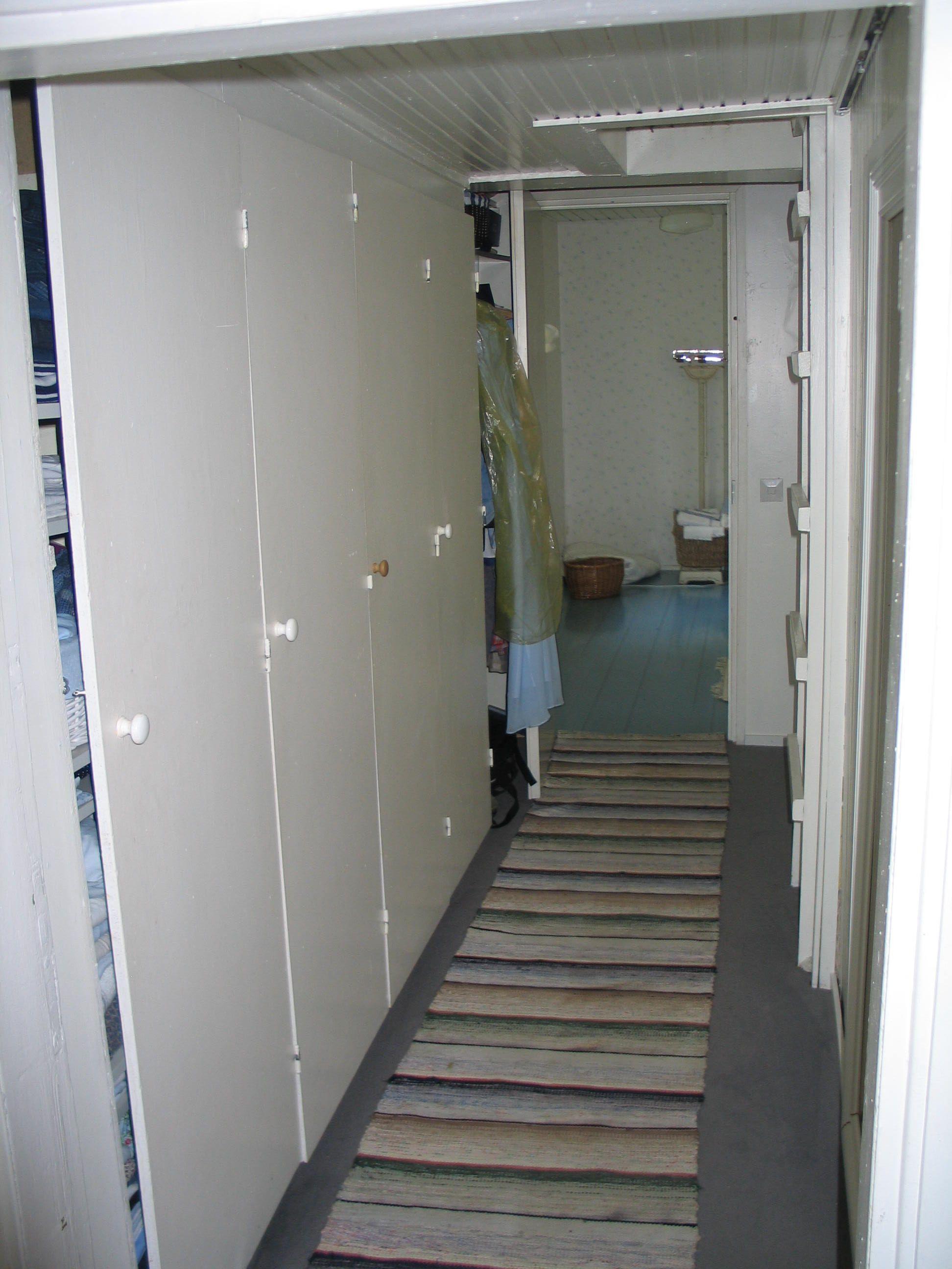 Käytävän varastokaappi purettiin ja oviaukkoon teetettiin pariovet.