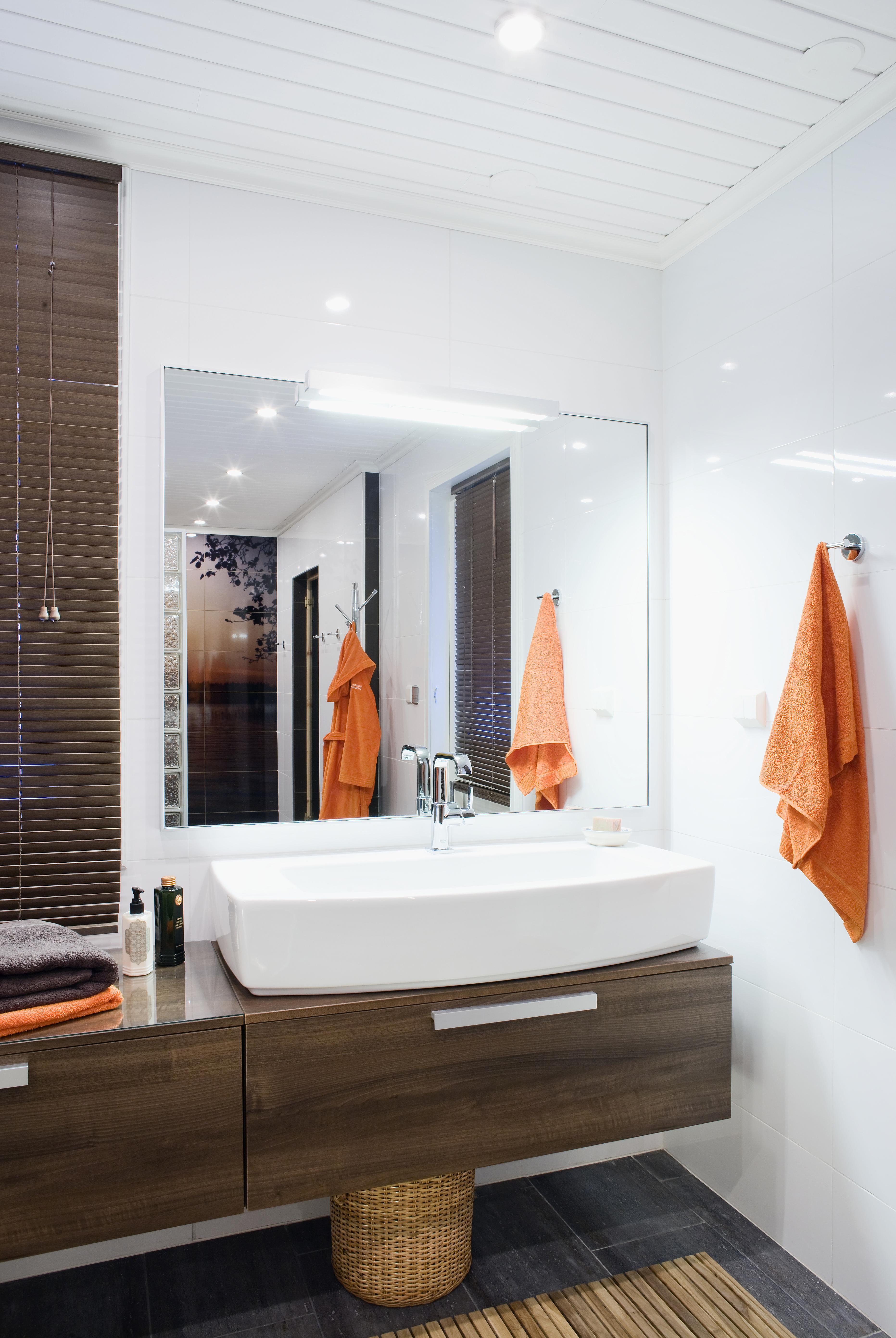 Peilinlämmitin estää peiliä höyrystymästä ja pitää sen kirkkaana. Allaskalusteet sekä peili ja valaisin Vedumin Sanity-sarjaa. Peilinlämmitin Ebecon.