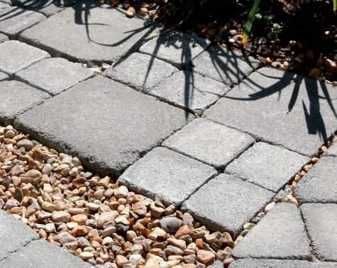 Erilaisia materiaaleja ja pintakuvioita yhdistämällä saat elävyyttä myös suoralinjaisiin rakenteisiin.