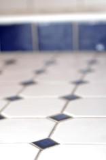 Valkoinen ja koboltinsininen toistuvat myös lattialaatoissa.
