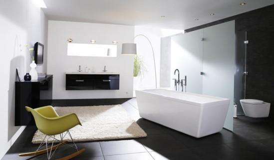 Hyvinvointitilan tärkein huonekalu on kylpyamme. Kuvan kylpyhuonekokonaisuus Kvikistä.