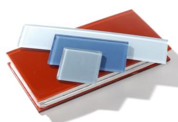 Kotimaisia lasilaattoja, 235–295 euroa/neliö. Hinta määräytyy laatan paksuuden ja määrän mukaan, tiedustelut nGlass.