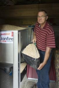 Suuri, yli puolen kuution viikkosiilo sijaitsee määräysten mukaisesti pannuhuoneen viereisessä tilassa ja vetää 730 litraa pellettiä