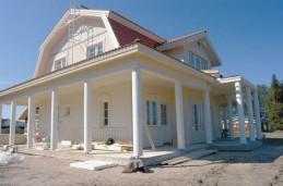 Taloa kiertävä terassi on talon erikoisuus.