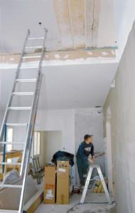 Rakennusaikana yläkertaan noustiin tikapuita pitkin siitä kohdasta, jossa nyt on metallikaide.