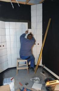 Pesuhuonetta laatoitetaan.