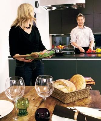 Nelihenkinen perhe viettää paljon aikaa keittiössä.