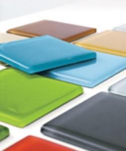Nummelalainen nGlass valmistaa sisustuskäyttöön lasilaattoja, jotka sopivat mainiosti keittiön välitilaan.