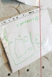 Olohuoneen seinällä on Kasperin piirros uudesta kodista.