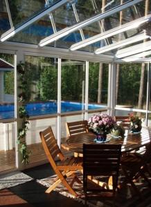 Hyvin toteutettu lasiterassi parantaa talon ulkonäköä ja nostaa asunnon arvoa. Alurollin lasiprofiilit
