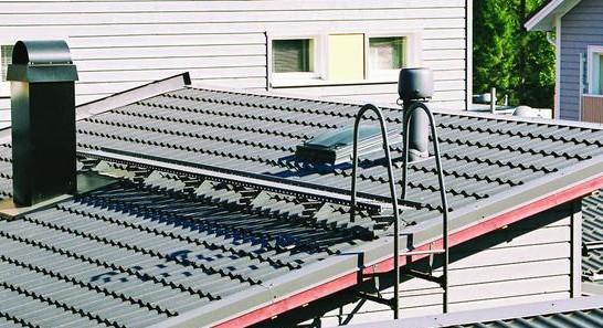 Katon kaikkiin huoltokohteisiin pitää päästä kulkemaan helposti ja turvallisesti. Kuvassa on piipulle johtava kattosilta.