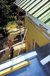 Kuisti katettiin konesaumapeltikatolla, jonka päälle rakennettiin uusi iso parveke.
