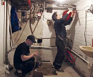 Kun vanha öljypannu on viety pois, on aika asentaa tulo- ja menovesiputket uutta lämpöpumppua varten.