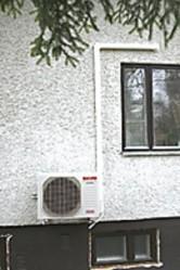 Ensin talon seinään asennettiin ulkoyksikkö eli ilmalämpöpumppu, joka käyttää freonin sijaan kylmäaineena hiilidioksidia.