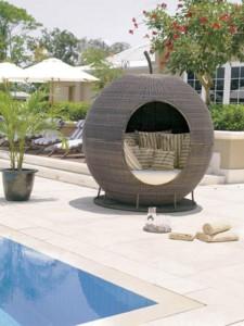 Polyrottingista ja alumiinista tehty omena sopii uima-altaan reunalle tai salaiseksi piilopaikaksi.