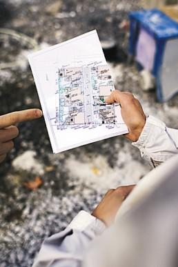 Suunnitteluhortonomi Jarmo Väisänen Viherteemasta on piirtänyt Starkki-kylän rakentajien pihaunelmat kuviksi.
