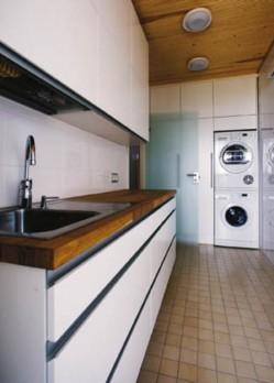 Kodinhoitohuone toimii myös pukuhuoneena ja liinavaatteiden säilytyspaikkana.