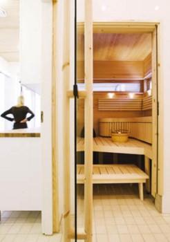 Löylyhuoneen haapapuiset lauteet teetettiin mittatilaustyönä vantaalaisilla Saunanikkareilla.