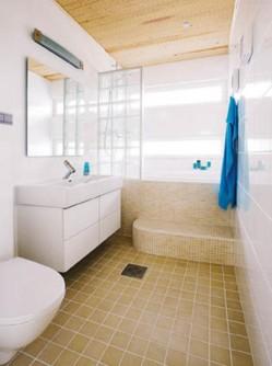 Runsas valo ja hillityt värit tekevät yläkerran kylpyhuoneesta rauhoittavan peseytymiskeitaan.