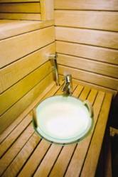 Lauteeseen integroitu valokiulu on käytännöllinen ja kaunis yksityiskohta saunassa.