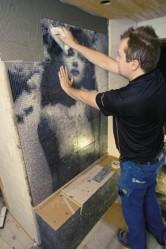 Kuvamosaiikki asennettiin seinään numeroituina arkkeina.